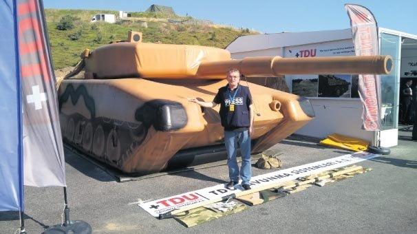Afrin'de teröristleri rezil eden şişme tank!