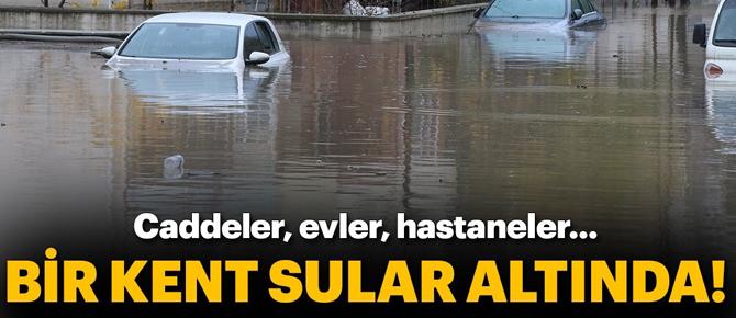 Sağanak, su baskınlarına neden oldu, yollar kapandı