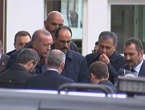 Cumhurbaşkanı Erdoğan yanına gelen vatandaşın mektubunu aldı