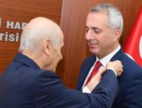 Bahçeli, MHP'ye geçen başkana rozet taktı