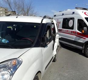Pendik'te iki araç çarpıştı: Yaralılar var!