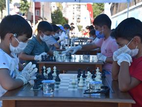 Çocuk Sokağı'nda satranç oynadılar