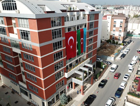 Belediye binasına dev Azerbaycan bayrağı