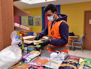Tuzlalı öğrenciler gıda kolisi hazırlayıp ihtiyaç sahiplerine dağıttı