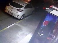 Pendik'te hırsızların kapı kilidini kırıp marketten sigara çaldığı anlar kamerada