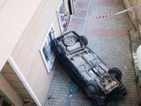 Tuzla'da otomobil 5 metre yükseklikten apartmanın bahçesine düştü