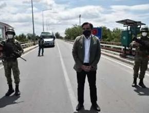 Türk askerleriyle fotoğraf çektirmek için sınırı geçti!
