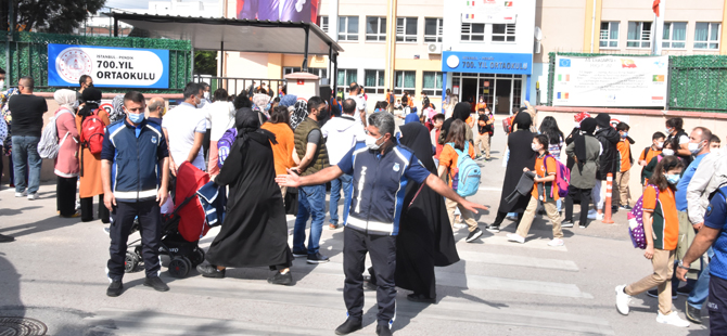 Öğrencilerin güvenliği için Pendik Zabıtası okul önlerinde
